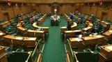 Parlamentssprecher füttert Baby eines Abgeordneten