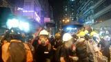 香港警察の銃口がデモ隊に向けられる、暴力がエスカレート(字幕・26日)
