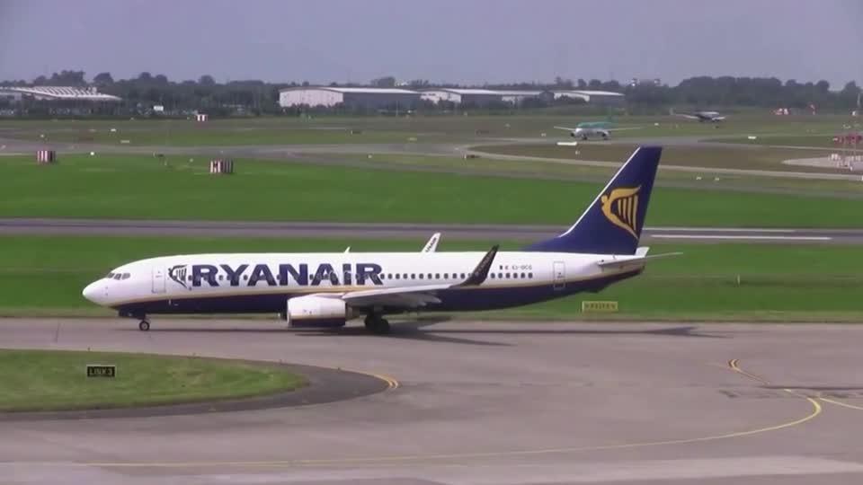 Ryanair cuts jobs, offers O'Leary a $111mln bonus