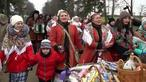 ベラルーシで古代スラブの祭り 民族衣装で着飾り(字幕・23日)