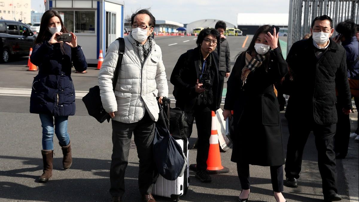 Quarantined passengers disembark ship in Japan