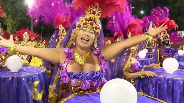 リオのカーニバル最高潮、トップチームが技を競う(字幕・25日)