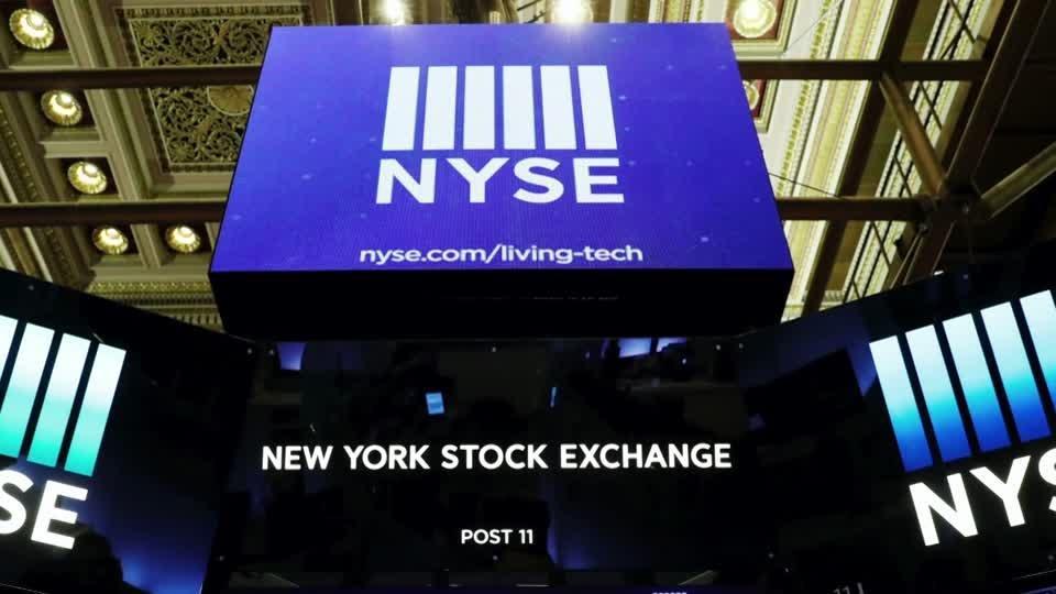 Wall Street tumbles as U.S. virus cases climb