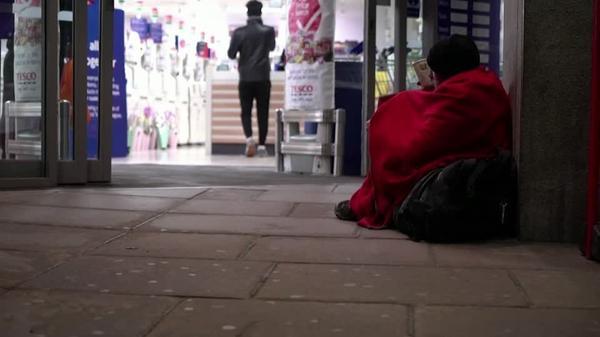 「家にいろ」と言われても家がない、ロンドンの路上生活者の苦境(字幕・27日)