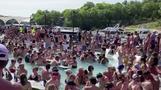 米国の死者数10万人に接近、ビーチは自粛疲れの市民でごった返す(字幕・25日)