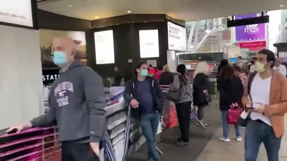 Early voters wait in long lines in New York City