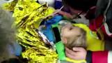 トルコ沖地震発生から90時間、4歳女児ががれきの中から生還(字幕・3日)
