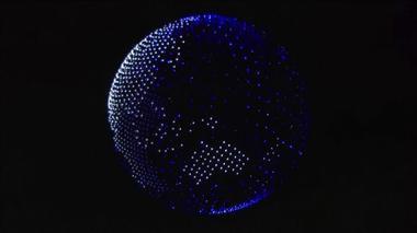 五輪開会式の上空に浮かぶ地球、正体は1800台のドローン(字幕・24日)