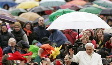 Pope Benedict XVI waves as he arrives for his special audience for the XXV Anniversary of the Pontifical recognition of the fraternity of Communion and liberation in St. Peter's square at the Vatican March 24, 2007. REUTERS/Alessandro Bianchi