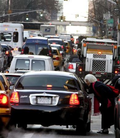 Traffic sits at a stand still on Lexington Avenue during the morning commute in New York, December 21, 2005. Christian, Jewish and Muslim leaders are urging President Bush and Congress to take action against global warming, declaring that the changing climate is a ''moral and spiritual issue.'' REUTERS/Brendan McDermid