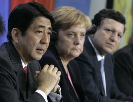 6月5日、日本と欧州連合は、共同声明を発表し、2050年までに世界の温室効果ガス排出量を半減することを提案した。写真は、会見に出席した安倍首相(左)、メルケル独首相(中央)、バローゾ欧州委員長(右)(2007年 ロイター/Tobias Schwarz)