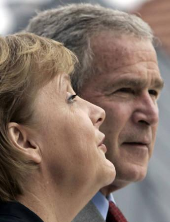 6月6日、米政府は、主要国首脳会議で温暖化ガス削減の数値目標を設定することに反対する姿勢を示した。写真はブッシュ米大統領(右)とドイツのメルケル首相(左)(2007年 ロイター/Jim Young)