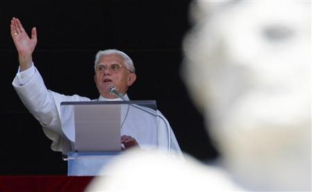 Pope Benedict XVI blesses the crowd gathered below in St. Peter's square during his weekly Angelus prayers at the Vatican, July 8, 2007. REUTERS/Chris Helgren