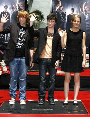 8月1日、人気映画「ハリー・ポッター」シリーズの最新作「ハリー・ポッターと不死鳥の騎士団」の興行収入が、世界全体で7億ドル(約830億円)に達したことが明らかに。写真は映画に出演する俳優のD・ラドクリフ(中央)ら。7月撮影(2007年 ロイター/Mario Anzuoni)