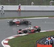 <p>Lewis Hamilton ultrapassa carro acidentado na corrida desta manhã. Photo by Reuters</p>