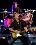<p>O cantor Bruce Springsteen durante show, em Connecticut. Springsteen e a E Street Band abriram na terça-feira sua nova turnê pelos EUA, baseada no recém-lançado álbum 'Magic', com canções que misturam um acelerado pop-rock com fortes críticas sociais. Photo by Stringer</p>