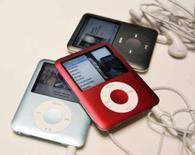 <p>Os novos modelos de iPod Nano, durante exibição em São Francisco. Está procurando um novo iPod? Vá para Hong Kong, ou, se o seu destino é a Europa, faça uma parada na Grécia. Photo by Robert Galbraith</p>