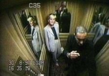 <p>Últimas imagens de Diana antes do acidente em Paris. 31 de agosto, 1997. As últimas imagens de Diana entrando no carro em que ela e o namorado morreriam foram exibidas a um grupo de jurados encarregado de decidir se a colisão fatal que os vitimou foi ou não um acidente. Photo by Reuters (Handout)</p>