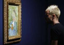<p>Repórter observa pintura de Vincent Van Gogh durante uma apresentação para a imprensa em Madri, no museu Thyssen-Bornemisza. Querendo um Van Gogh, mas sem vontade de roubar um banco ou um museu? Então vá para Shenzhen, no sul da China, onde milhares de artistas produzem em grandes quantidades reproduções de obras de arte. Photo by Susana Vera</p>