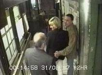 <p>Imágen de video de la princesa Diana y Dodi al-Fayed mientras esperaban su vehículo en una salida del hotel Ritz en París, 31 agosto 1997. El príncipe William se quejó el viernes de que los paparazzi lo persiguieron en motocicletas y coches cuando salía de un club nocturno, días después de que comenzó una investigación judicial sobre la muerte de su madre en un accidente automovilístico. Su portavoz dijo que era 'incomprensible' que William y su novia Kate Middleton fueran perseguidos de esa manera, en momentos en que una corte examina los eventos que rodearon la muerte de la princesa Diana (en la foto). Photo by Reuters (Handout)</p>