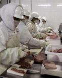 <p>Açougueiro corta pedaços de carne em abatedouro em São Paulo, em foto de arquivo. A União Européia poderá proibir as importações de carne brasileira se o país não melhorar seus padrões de segurança alimentar. Photo by Paulo Whitaker</p>