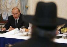 <p>O presidente russo, Vladimir Putin, encontra representantes do Congresso de Judeus Europeus em Moscou. A Rússia contestou a pressão de potências ocidentais de endurecer suas sanções contra o Irã devido ao seu programa nuclear. Photo by Reuters (Handout)</p>