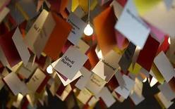 <p>Los autores catalanes, invitados de honor en la Feria del Libro de Francfort de este año, dicen que la polémica acerca de su elección del idioma viene con su territorio, pero que no debería distraer la atención de la literatura. Algunos escritores que escriben en castellano han rechazado ir a la famosa feria por temores a ser usados como peones en una discusión política acerca de la lengua catalana. Photo by Kai Pfaffenbach/Reuters</p>
