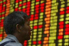 <p>Investidor olha para painel eletrônico em bolsa de Xangai, dia 16 de outubro. As bolsas de valores da Ásia fecharam em queda nesta quarta-feira. Photo by Stringer Shanghai</p>