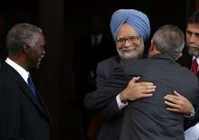 <p>O primeiro-ministro indiano, Manmohan Singh (centro), abraça o presidente brasileiro, Luiz Inácio Lula da Silva ao lado do presidente da África do Sul, Thabo Mbeki (esquerda), em Pretória, na África do Sul. Brasil, Índia e África do Sul prometeram na quarta-feira lutar pelos interesses dos países pobres nas negociações sobre o comércio global, que estão emperradas, e disseram que só haverá acordo se ele for benéfico ao mundo em desenvolvimento. Photo by Reuters</p>