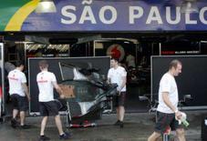 <p>Mecânicos da McLaren preparam os boxes da escuderia em São Paulo. Hamilton, Alonso e Raikkonen protagonizam no domingo que promete ser um dos maiores espetáculos da história da Fórmula 1, com três pilotos com chances de conquistar o título da temporada. 16 de outubro. Photo by Paulo Whitaker</p>