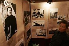 <p>Visitante vê fotos no Congresso Nacional do Partido Comunista em Xangai, 20 de outubro. O presidente chinês, Hu Jintao, deve derrubar rivais políticos, promover aliados para postos-chaves e sair mais fortalecido do 17o Congresso do Partido Comunista. Photo by Aly Song</p>