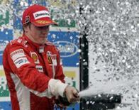 <p>O campeão mundial de Fórmula 1 deste ano é Kimi Raikkonen, graças a uma pane da McLaren, a uma atuação perfeita da Ferrari e a uma ajudinha de Felipe Massa, que abriu mão da vitória no GP do Brasil para fazer do finlandês o vencedor. Foto de Raikkonen em Interlagos, 21 de outubro. Photo by Paulo Whitaker</p>