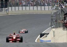<p>O campeão mundial de Fórmula 1 deste ano é Kimi Raikkonen, graças a uma pane da McLaren, e a uma ajudinha de Felipe Massa, que abriu mão da vitória no GP do Brasil para fazer do finlandês o vencedor. Foto de Raikkonen cruzando a linha de chegada em Interlagos, 21 de outubro. Photo by Rickey Rogers</p>