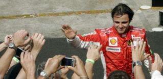 <p>O piloto da Ferrari Felipe Massa é cumprimentado pela torcida depois de terminar o GP Brasil em segundo lugar. Photo by Paulo Whitaker</p>
