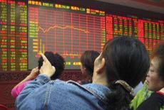 <p>Pessoas conferem dados no painel eletrônico na bolsa de Beijing. As bolsas de valores da Ásia encerraram em queda nesta segunda-feira, depois que resultados fracos de empresas norte-americanas renovaram preocupações sobre a crise do mercado imobiliário do país poder afetar o crescimento dos EUA. Photo by China Daily</p>