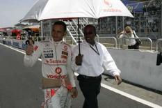 <p>Piloto da McLaren Lewis Hamilton (caminha) ao lado do pai Anthony antes do GP Brasil de Fórmula 1, em Interlagos, no domingo. Photo by Pool</p>
