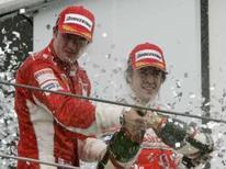 <p>Piloto da Ferrari Kimi Raikkonen e o espanhol da McLaren Fernando Alonso comemoram no pódio do Grande Prêmio do Brasil, em Interlagos, no domingo. Kimi Raikkonen pode ter de esperar vrios dias, ou at semanas, para ter certeza absoluta de que  o novo campeo da Frmula  Photo by Sergio Moraes   REUTERS/Sergio Moraes</p>