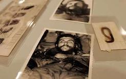 <p>Un mechón de pelo del revolucionario Ernesto 'Che' Guevara (en la foto) y objetos relacionados a su figura fueron subastados el jueves en Dallas a un dueño de una librería en Houston por la muy capitalista suma de 119.500 dólares. La curiosa colección pertenecía a Gustavo Villoldo, un ex espía de la CIA de 71 años que ayudó a atrapar al 'Che' en la selva de Bolivia en 1967 y quien sostiene haber cortado el cabello del argentino antes de sepultarlo con dos de sus compañeros. Photo by Jessica Rinaldi/Reuters</p>