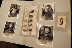 <p>Mecha de cabelo de Che é leiloada em Dallas. Uma mecha de cabelo de Ernesto 'Che' Guevara e outros objetos relacionados a ele foram vendidos em leilão na quinta-feira, em Dallas, por 119.500 dólares. 25 de outubro. Photo by Jessica Rinaldi</p>