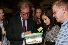 <p>Nicholas Negroponte, fundador da organização Um Laptop Por Criança, demonstra seu inovador laptop. A Microsoft obteve progressos para tornar seu sistema operacional Windows compatível com um laptop educacional de baixo custo destinado a crianças pobres que no momento é acionado pelo rival Linux, declarou um executivo da companhia. Photo by $Byline$</p>