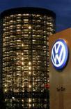 <p>Novos veículos da Volkswagen são vistos através de janelas na fábrica da empresa, em Wolfsburg, Alemanha. A empresa anunciou no final da segunda-feira que aumentou seu plano de investimento no Brasil de 2,5 bilhões para 3,2 bilhões de reais no período de 2007 a 2011. Photo by Arnd Wiegmann</p>