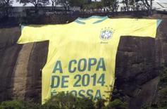 <p>Camisa gigante da seleção brasileira no Morro da Urca, ao lado do Pão de Açúcar, no Rio de Janeiro, nesta terça-feira. Photo by Stringer</p>