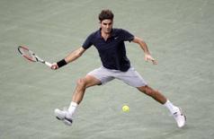 <p>Roger Federer e Rafael Nadal venceram de maneiras diferentes no Masters Series de Paris, nesta quarta-feira, pela segunda rodada. Foto em Paris contra o croata Ivo Karlovic, 31 de outubro. Photo by Charles Platiau</p>