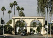 <p>Entrada dos estúdios da Paramount PIctures, em Los Angeles, Califórnia. Roteiristas de cinema e televisão dos Estados Unidos entraram em greve na segunda-feira, após o fracasso das negociações de última hora que tentavam evitar a primeira paralisação da Associação dos Escritores da América em quase duas décadas. Photo by Danny Moloshok</p>
