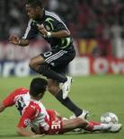 <p>Atacante do Real Madrid Robinho tenta se livrar da marcação de Anastasios Pantos, do Olympiakos, durante partida da Liga dos Campeões. Photo by John Kolesidis</p>