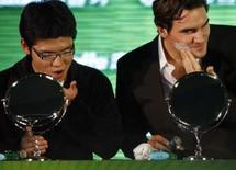 <p>Tenista Roger Federer (direita) faz a barba ao lado de um fã chinês durante evento promocional em Xangai, nesta sexta-feira, para promover a Masters Cup. Photo by Nir Elias</p>