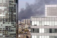 <p>Fumaça negra sobe ao céu de Londres. Uma nuvem de fumaça negra cobriu o céu do leste de Londres nesta segunda-feira e a polícia afirmou que investiga notícias de uma possível explosão ou incêndio na capital britânica. Photo by Staff</p>