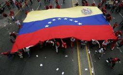 <p>O presidente venezuelano, Hugo Chávez, alertou na quarta-feira que está reavaliando as relações com a Espanha, abaladas desde que o rei Juan Carlos lhe mandou que se calasse, no fim de semana, em Santiago. Foto de apoiadores de Chávez em Caracas, 14 de novembro. Photo by Reuters</p>