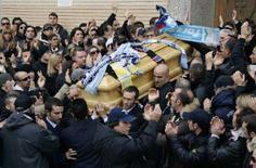 <p>Milhares de torcedores rivais reuniram-se na quarta-feira para o enterro de um torcedor italiano morto pela polícia antes de um jogo de futebol, em um incidente que provocou vários distúrbios no último fim de semana. Foto em Roma, 14 de novembro. Photo by Max Rossi</p>