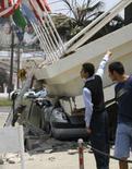 <p>Moradores observam telhado que desmoronou sobre um carro após terremoto em Antofagasta, 1.360 quilômetros ao noroeste de Santiago. O terremoto de magnitude 7,7 que sacudiu o norte do Chile na quarta-feira prejudicou pelo menos 15 mil pessoas, principalmente na área costeira de Tocopilla, além de deixar dois mortos e centenas de feridos, afirmou o governo do país na quinta-feira. Photo by Reuters</p>